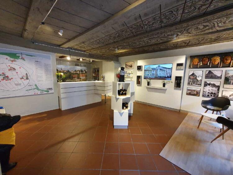 Die im letzten Jahr neugestaltete Tourist-Information in der Hauptstraße darf wieder Besucher empfangen. Foto: Stadt Rottweil