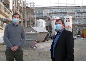 Vor Ort erläuterte Bürgermeister Michael Lehrer (rechts) dem FDP- Landtagsabgeordneten Daniel Karrais das Großprojekt Seniorenwohnanlage.Foto: pm