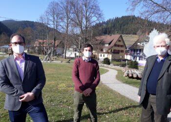 Der FDP-Landtagskandidat Daniel Karrais (Mitte) und Dieter Kleinmann (rechts) mit Bürgermeister Bernd Heinzelmann. Foto: pm