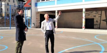Auf dem Schulhof der Grundschule erläuterte Bürgermeister Norbert Swoboda (rechts) dem FDP-Landtagsabgeordneten Daniel Karrais die Sanierungsmaßnahmen. Foto: pm