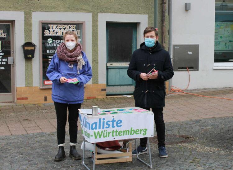 Die Kandidaten Jan Bollmann und Felicitas Bott werben auf den Märkten im Landkreis für die Klimaliste. Foto: pm