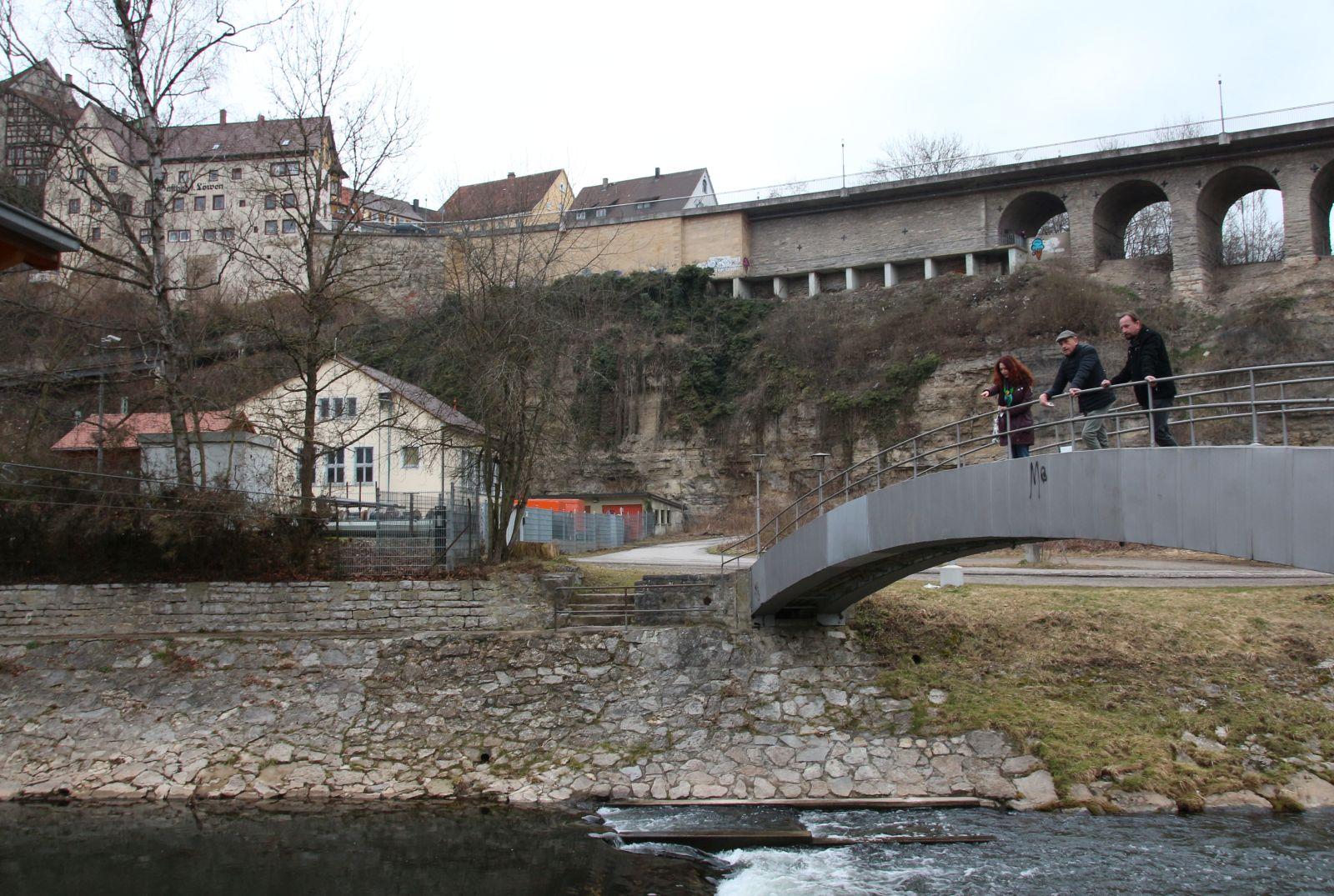 Auf der Brücke (von links): Sonja Rajsp (Grüne Landtagskandidatin), Frank Sucker (Grüner Stadtrat RW) und Sascha Büttner vom Deißlinger Angelverein. Foto: pm
