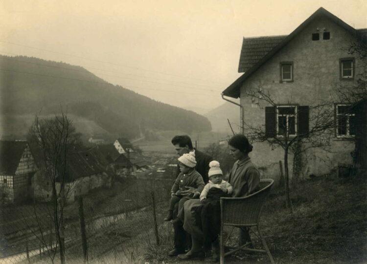 Historisches Foto aus dem Jahr 1930, es zeigt Paul und Gesa Kälberer mit ihren Söhnen Otto und Hans vor ihrem Wohnhaus in Glatt. Foto: pm