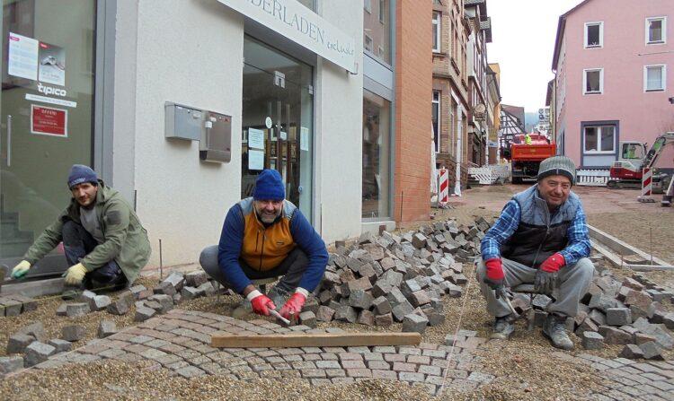 Die drei Pflasterspezialisten am Hirsoner Platz: Pepe, Maurizio und Ivo. Fotos: him