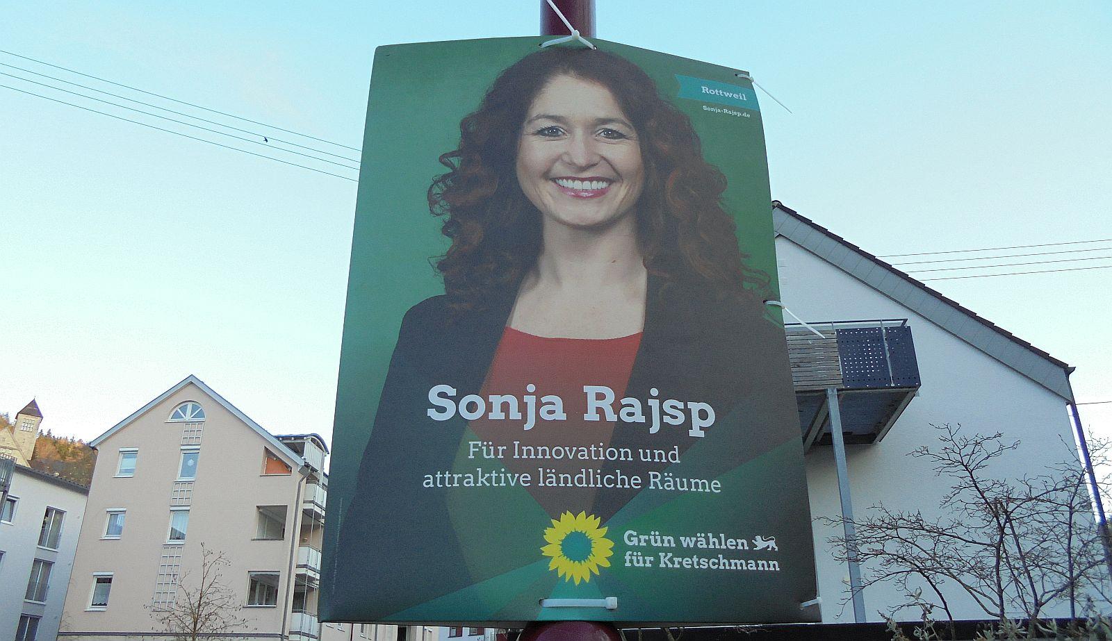 Wahlplakat mit Sonja Rajsp - ohne Bärtchen. Foto: him