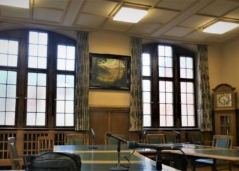 Leerstelle gefüllt: Ein neues Bild im Sitzungsaal. Foto: him