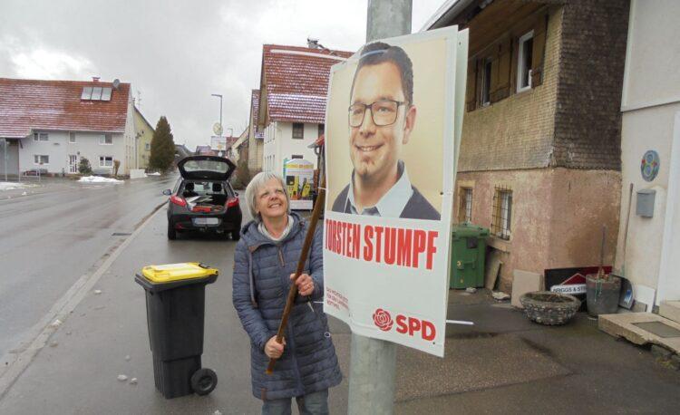 Renate Much vom SPD-Ortsverein Schramberg hängt in Waldmössingen ein Wahlplakat ab. Fotos: him