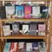 """Zu den vielen digitalen Diensten gibt es in der Stadtbücherei aber auch weiterhin regelmäßig die besten Buchneuerscheinungen mit """"click & meet"""". Foto: Stadtbücherei Rottweil"""