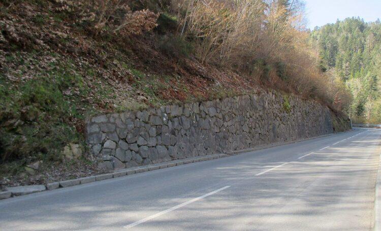 Sanierungsbedürftig: Stützmauer an der Landstraße nach Lauterbach. Foto: RP