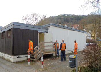 Der städtische Bauhof sorgt für Wasser und Strom im künftigen COVID-19-Testzentrum. Fotos: him