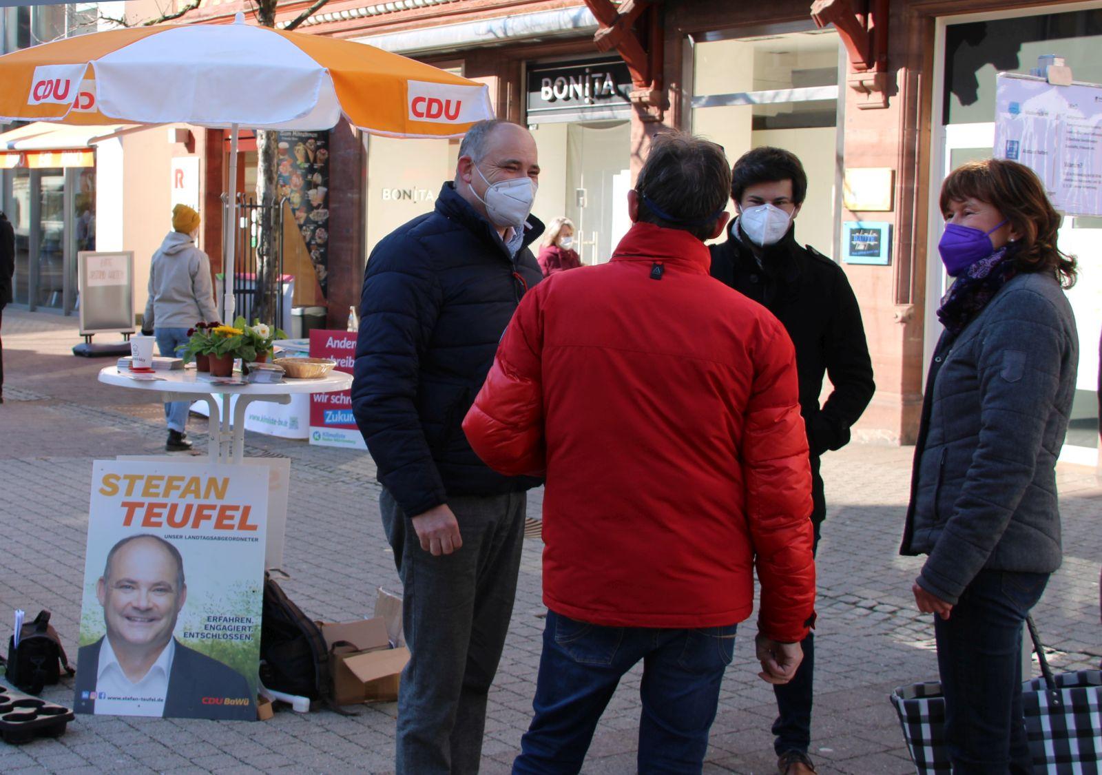 Trotz kühlen Wetters und unter Einhaltung der Maskierung: beim CDU-Infostand gab's anregende, freundschaftliche und gelegentlich auch kontroverse Diskussionen mit dem Landtagsabgeordneten Stefan Teufel. Foto: pm