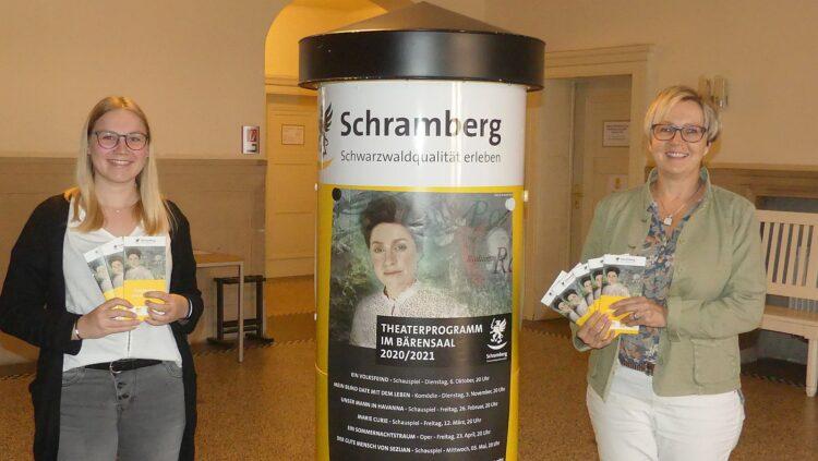 Vor einem knappen Jahr haben Aileen Berberich und Claudia Schmid (von links) das Theaterringprogramm vorgestellt. Nur ganz wenige Veranstaltungen  durften stattfinden. Archiv-Foto: him