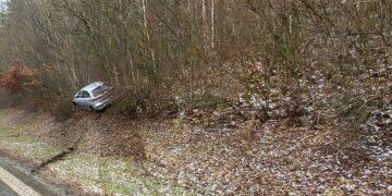 Von der Fahrbahn gedonnert: Unfall wegen Scheefalls bei Deißlingen. Foto: Blaulichtreport Rottweil
