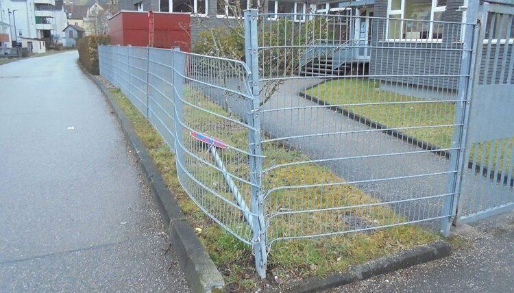 Ein Parkverbotsschild und der Zaun am Kindergarten Seilerwegle standen im Weg. Foto: him