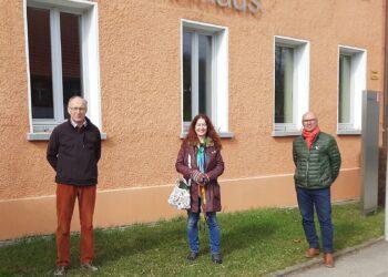 Vor dem Zepfenhaner Rathaus (von links): Eugen Mager, Sonja Rajsp und Ewald Weigert. Foto: pm
