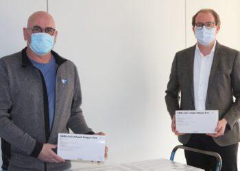 Die IHK-Mitarbeiter Sven Pofandt (links) und Matthias Schanz stehen bereit zur kostenfreien Ausgabe der Testkids.Foto: pm