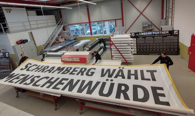 Noch liegt es in der Firmenhalle von Kaupp: Das Banner zum Thema Menschenwürde. Foto: JUKS