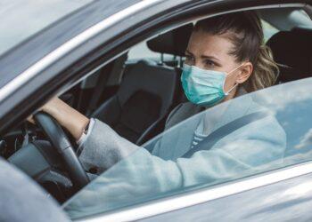 Autofahren mit Schutzmaske: Die Gesichtszüge müssen erkennbar bleiben. Bild: iStock/svetikd