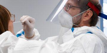 Dr. Michael Eisfelder, Hautarzt in Rottweil, streicht im Auftrag des Gesundheitsamtes eine Mitarbeiterin der Helios Klinik Rottweil ab. Foto: pm