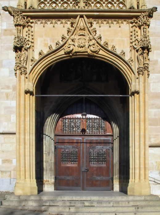 Keine Gottesdienste mehr in den Kirchen der Stadt (Tür ins Heilig-Kreuz Münster). Foto: Berthold Hildebrand
