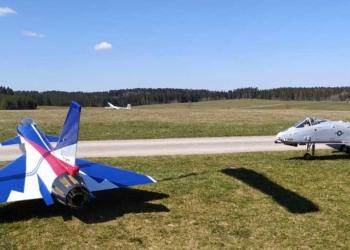 Verkehrte Welt: im Vordergrund die Modellflugzeuge des MFC Heuberg., im Hintergrund die ASK 21 der Segelflieger vom Aero-Club Klippeneck. Foto: pm
