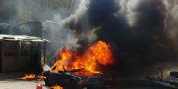 Im Vollbrand: Dieses BMW-Cabrio war nicht mehr zu retten. Foto: privat