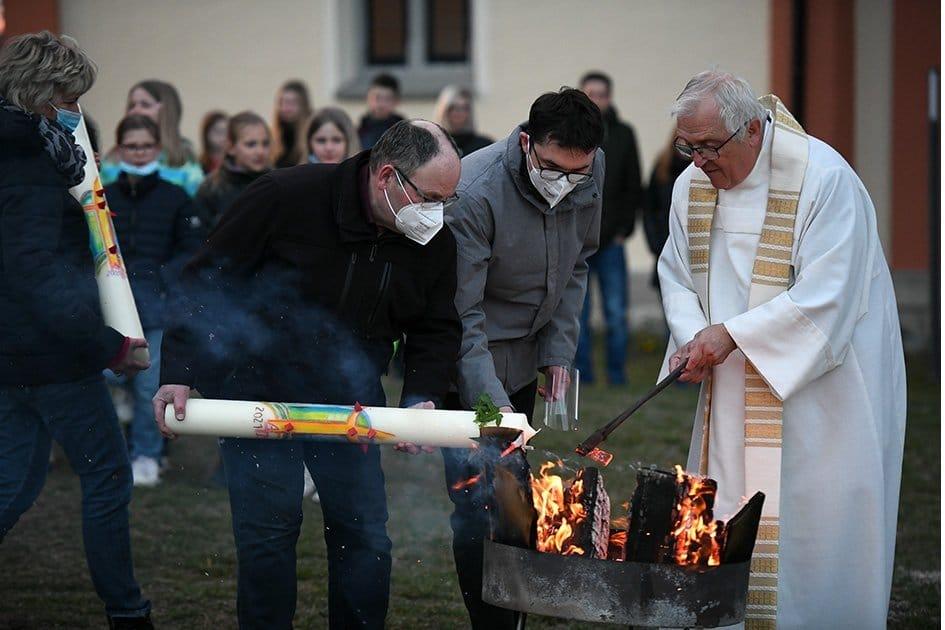 An geweihten Feuern wurden vielerorts Osterkerzen entzündet - wie hier auf Maria Hochheim. Foto: al