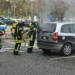 Feuerwehrleute löschen das brennende Auto. Foto: him