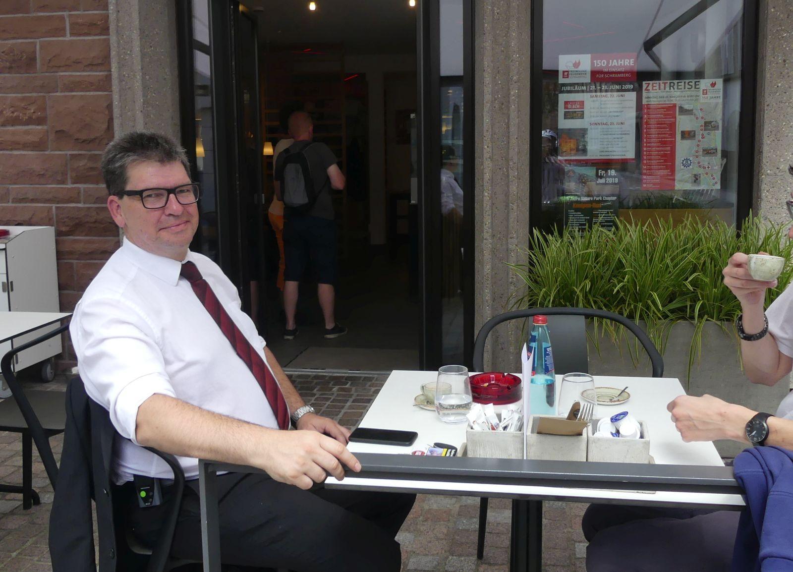 Dirk Caroli  im OB-Wahlkampf im Juni 2019 im Gespräch mit seinem damaligen Werbepartner (den wir zum Schutz seiner Persönlichkeitsrechte abgeschnitten haben). Archiv-Foto: him