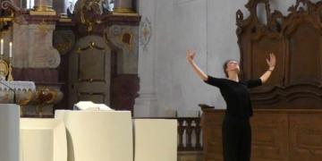 Clara Cazzanelli gab dem Psalmtext und der Musik durch ihre Bewegungen eindrückliche Gestaltung. Foto: Veronika Heckmann-Hageloch