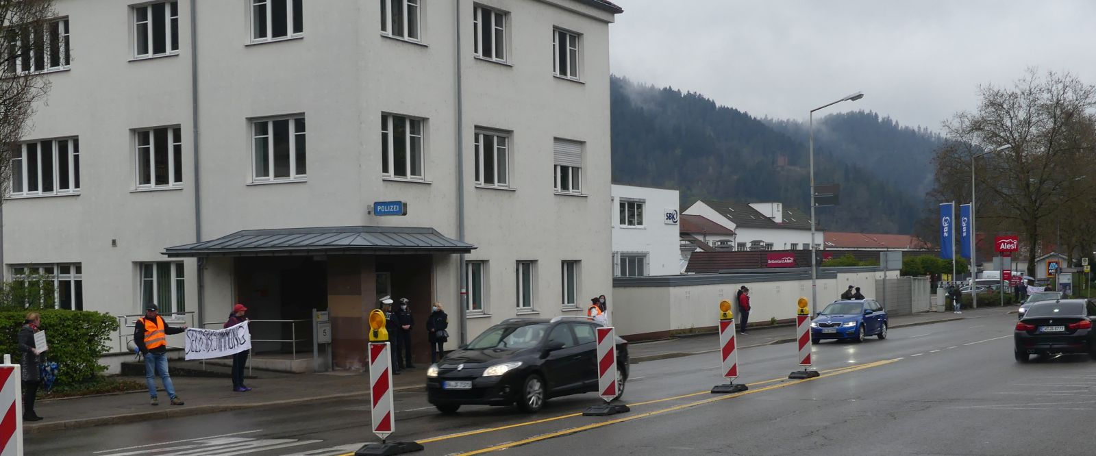 Die Menschenkette beim Polizeirevier. Fotos: him
