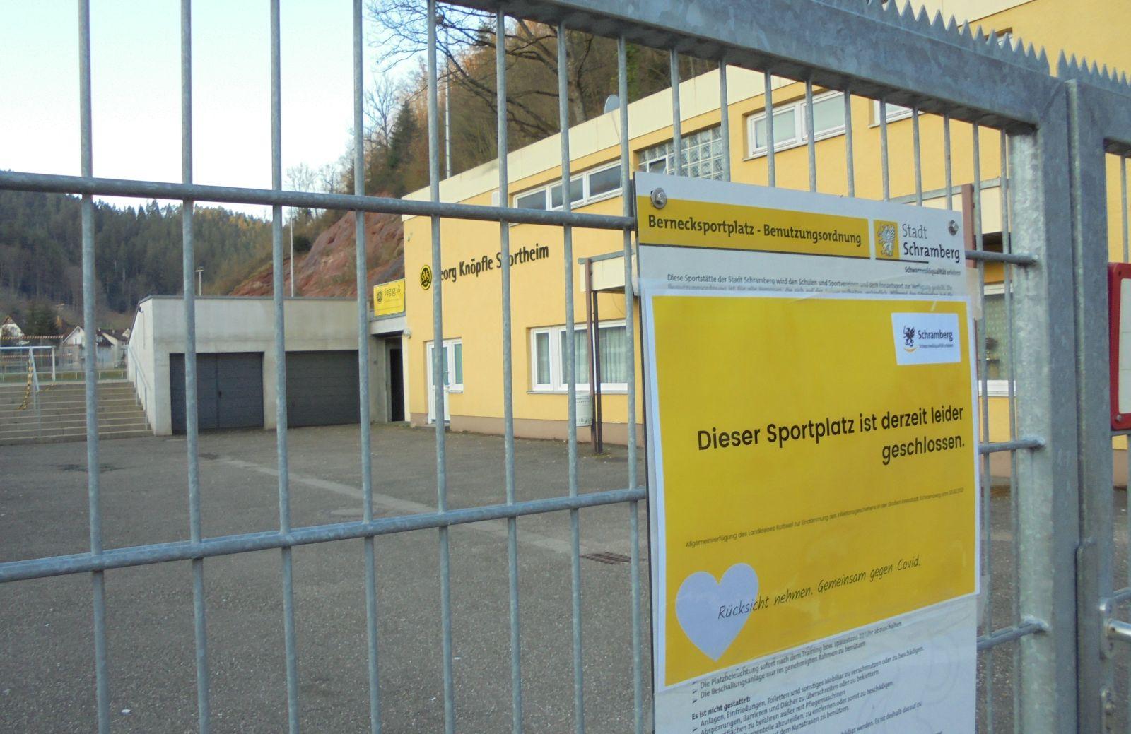 Neben den Spielplätzen hat die Stadt auch alle Sportplätze gesperrt. Foto: him
