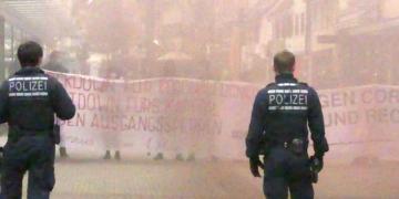 Spannungsvoll: Gegendemonstranten und Polizeibeamte stehen sich gegenüber. Fotos: him