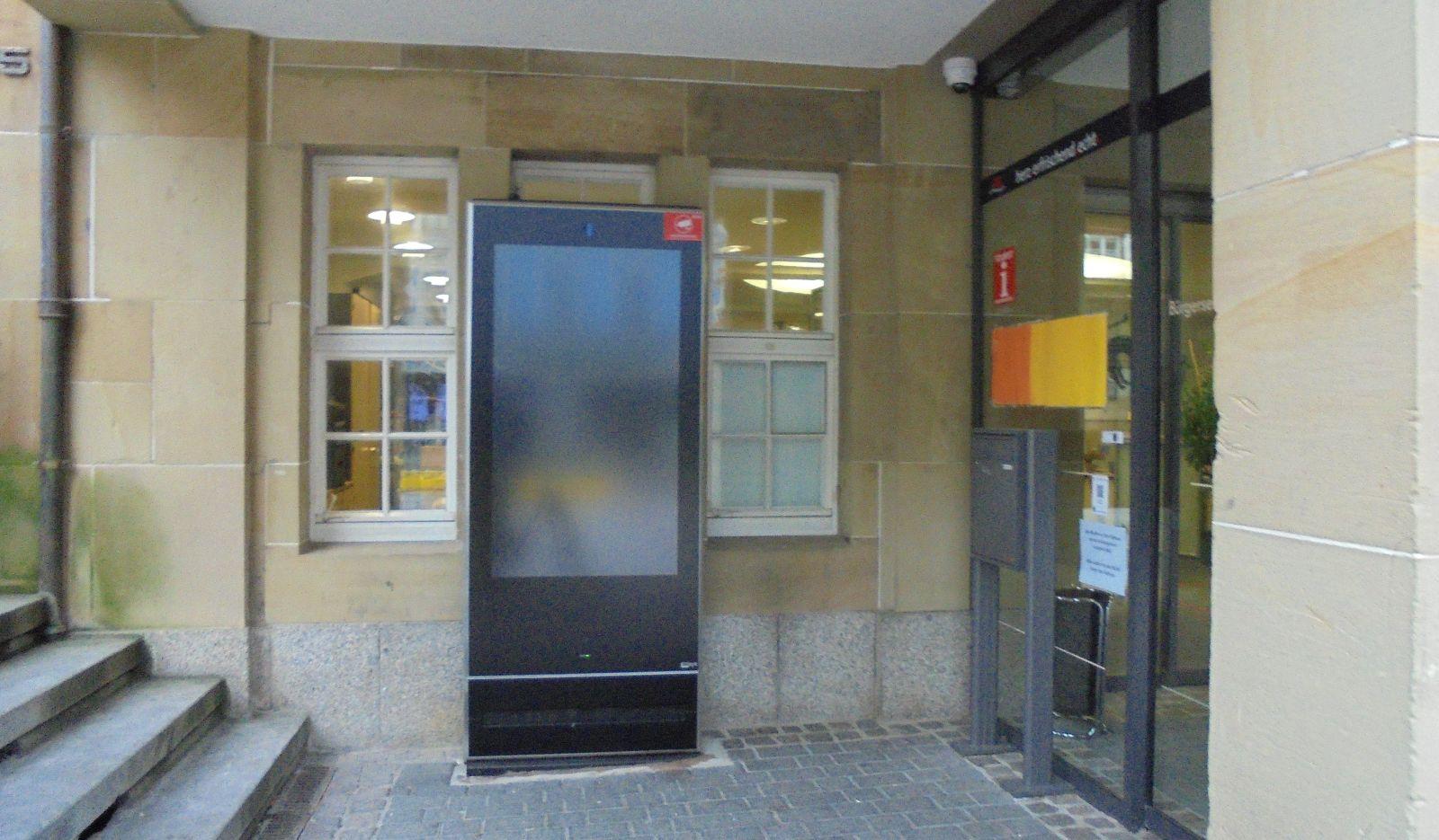 Bildschirm schwarz: Die Infosäule  wird gewartet. Foto: him