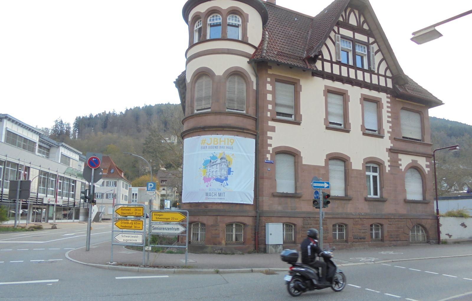Ein Banner wirbt für JBH 19. Fotos: him