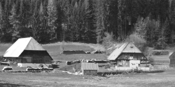 Der Hansmichelhof heute (links) und als Fotomontage der Jungbauernhof im Schachenbronn. Montage: Edwin Klausmann