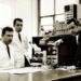 Das Junghans Entwicklungsteam Ende der 1960er Jahre unter der Leitung von Dr.-Ing. Friedrich Assmus (rechts) mit Wolfgang Ganter (links) und Hans Flaig im Labor des Unternehmens. Dieses Team entwickelte die Junghans Quarzuhrensysteme.