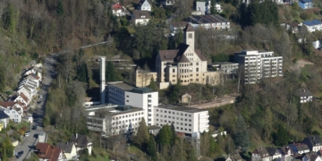 In bester Lage: Das Krankenhaus im Sanierungsgebiet Bühlepark gesehen von der Hohenschramberg. Foto: him