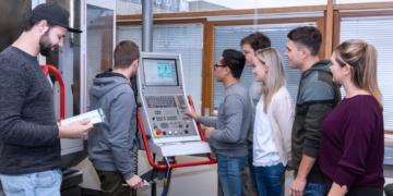 Auszubildende in den Metallberufen haben in unserer Region tolle Ausbildungs- und Aufstiegsmöglichkeiten.  Fotos: Berufliche Schulen Schramberg