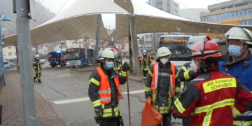 Am Mittwochabend bespricht Abteilungskommandant Patrick Wöhrle (zweiter von rechts) am Zentralen Busbahnhof mit seinen Kameraden das weitere Vorgehen. Foto: him