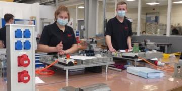 Im Ausbildungszentrum von SW, die beiden angehenden Mechatroniker Joy Purschke und Marco Hangst tüfteln an ihren Projekten. Fotos: him