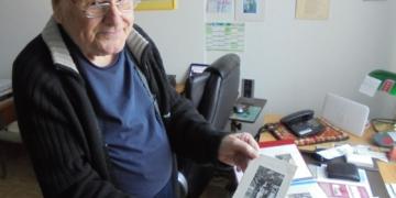 Rolf Munzinger mit einem Prospekt für Tagesausflüge aus den 50er Jahren. Fotos: him