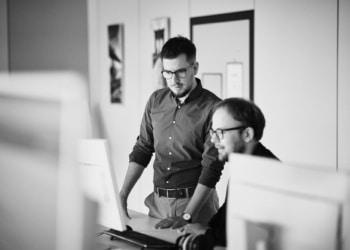 Bei arvenio: das Mitglied der Geschäftsleitung Dominik Wubs (links) und der Leiter Marketing und Kommunikation, Raphael Roth (rechts).  Foto Nico Pudimat
