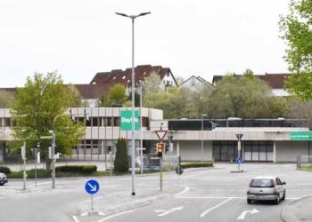 Das Baywa-Gebäude mit der Ausfahrt. Hier soll der neue Supermarkt mit Kindergarten und Bäckerei entstehen. Foto: wede