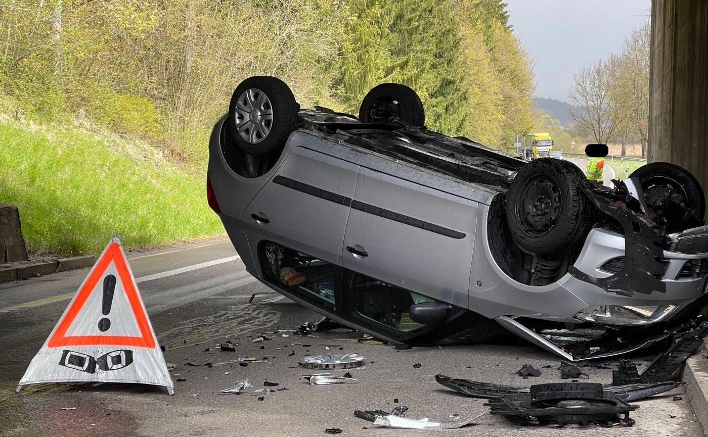 Eine Skoda-Fahrerin ist am Mittwochnachmittag gegen 14.30 Uhr in der Neufraer Straße bei der dortigen Bahnunterführung von der Straße abgekommen und gegen einen Brückenpfeiler geprallt. Danach überschlug sich das Auto und blieb auf dem Dach liegen. Foto: gg