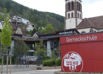 Ab Motag wieder Fernuntericht auch an der Berneckschule in Schramberg. Die Talstadtgrundschule am Montagmorgen. Foto him