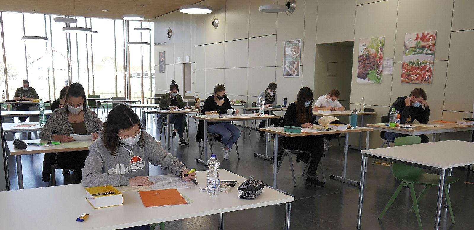 Maske tragen ist Pflicht bei den Prüfungen der Berufsschule – das wird von den Prüflingen differenziert gesehen.  Foto: Berufliche Schulen Schramberg