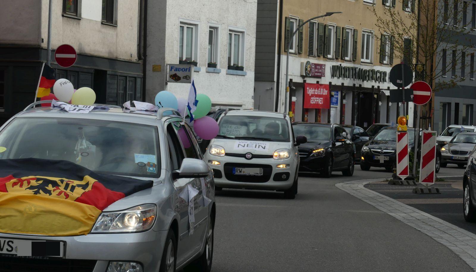 Und wie jeden zweiten Freitag: Korso der Coronamaßnahmengegner in Schramberg. Fotos: him