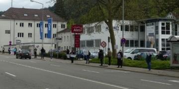 Etwa 20 Coronamaßnahmengegner haben sich am Mittwochspätnachmittag an der Bahnhofstraße aufgestellt. Fotos: him