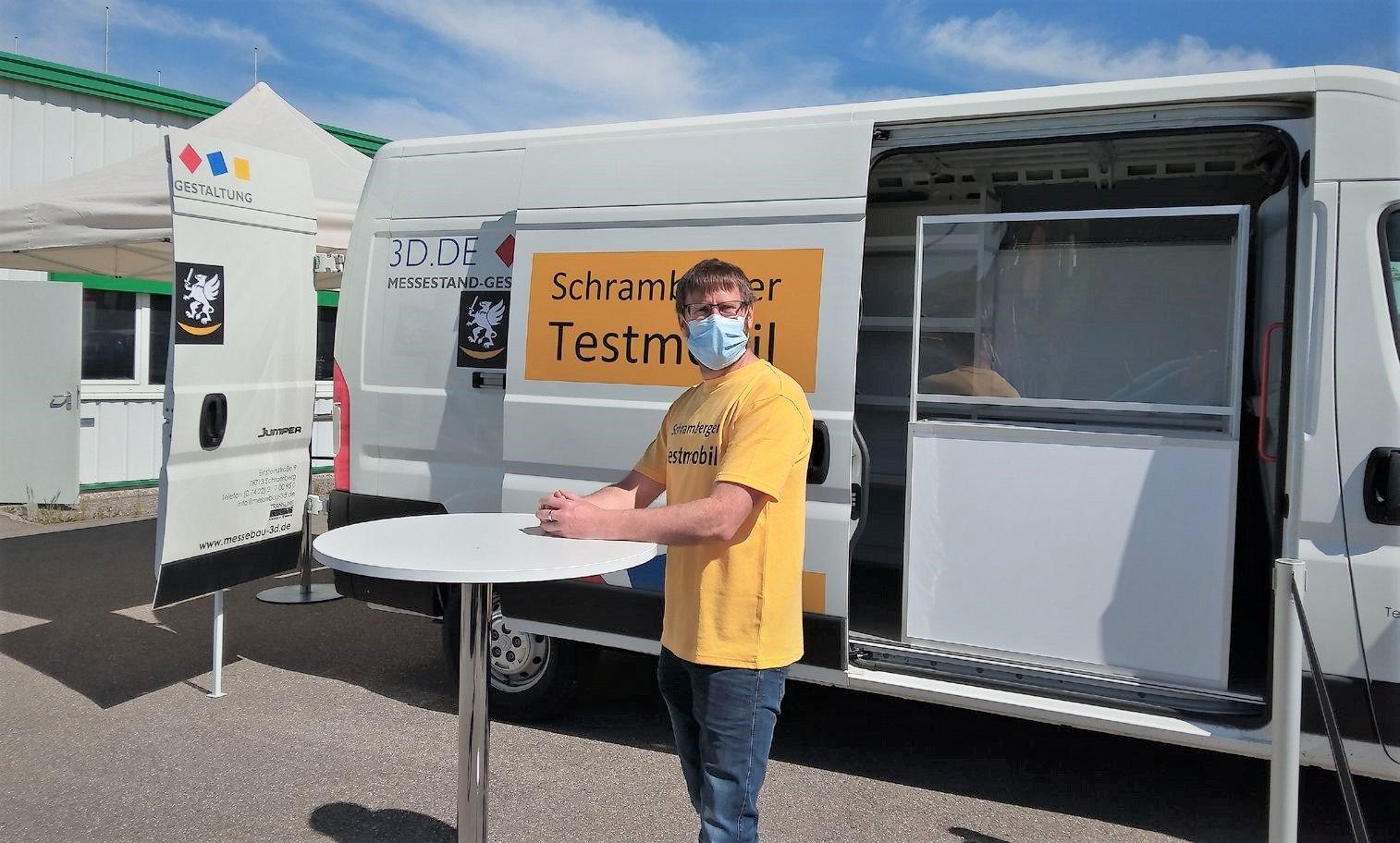 Florian Burgstahler und das neue Schramberger Testmobil. Foto: pm